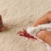 Ефективні та доступні методи відпирання лаку для нігтів з одягу
