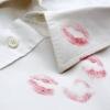 Як відіпрати сліди помади від одягу