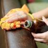 Як відтерти пляму від ручки з шкіряного дивана?