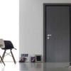 Сірі міжкімнатні двері в інтер`єрі