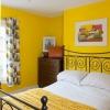 Спальня в жовтому кольорі